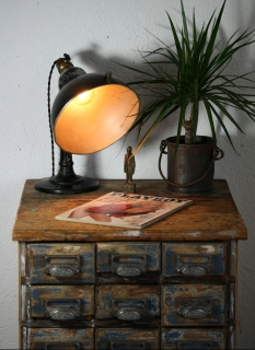 https://www.ricardo.ch/kaufen/antiquitaeten-und-kunst/antikes-mobiliar-und-einrichtung/designklassiker/40er-und-50er-jahre/strahler-schreibtischlampe-arztlampe/v/an952618080/