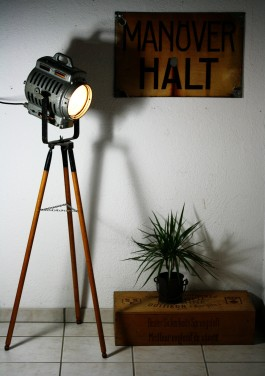 https://www.ricardo.ch/kaufen/haushalt-und-wohnen/lampen-und-licht/stehleuchten/tripod-arri-scheinwerfer-stativlampe/v/an957623760/